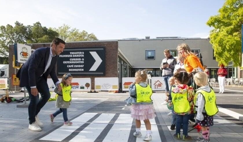 <p>Wethouder Robert van Asten bezocht de verkeersdag en werd aan het handje meegenomen over het zebrapad.</p>