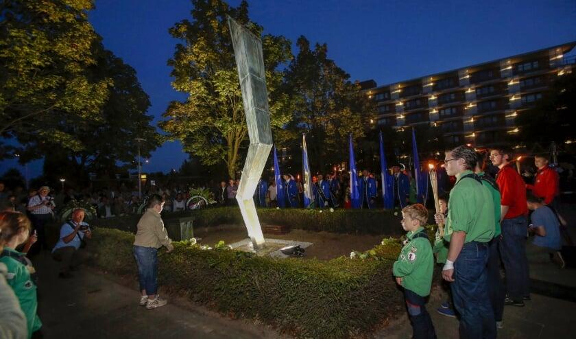 <p>De onthulling in 2014 van het monument ter herdenking aan het dramatische bombardement op 17 september 1944. FOTO: Bert Jansen.</p>
