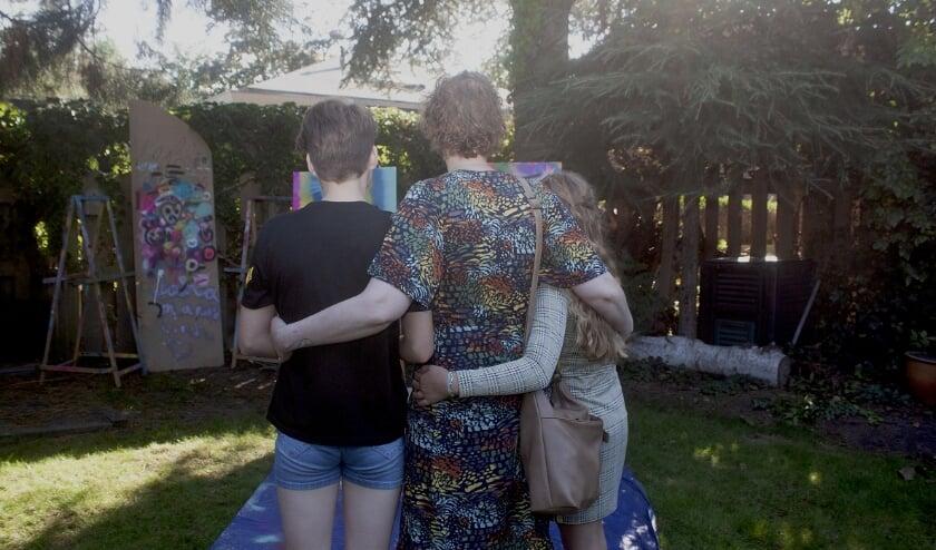 <p>Ilse en haar dochters Roos (13) en Lotte (10) werden onlangs in het zonnetje gezet. Foto: Stichting Bliss Shine For Cancer</p>
