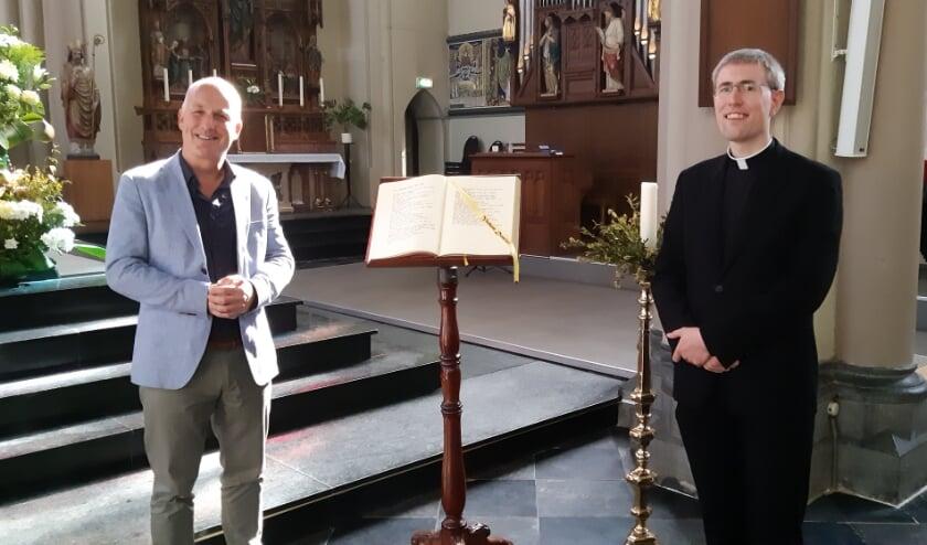 <p>Dominee Hans van 't Hoff en kapelaan Daan Huntjens kijken uit naar het moment dat hun kerken weer vol zullen zitten.</p> Foto: Frans Limbertie
