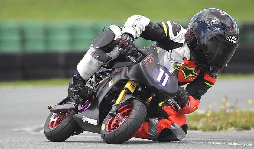<p>Levi Flier in Assen op weg naar zijn Nederlands kampioenschap Mini Bikes-racen in de Junior A-klasse.</p>