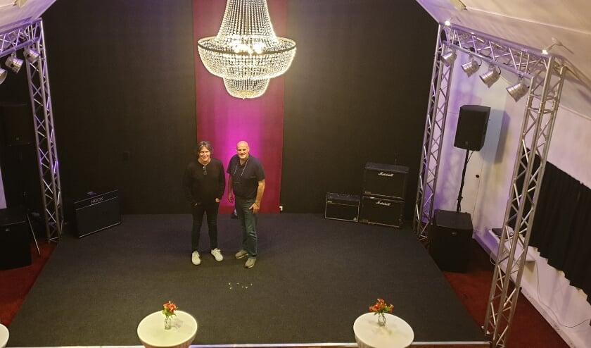 <p>Edwin(links) en Coen van Hoevelaak in de kleinschalige studio in Espelo.</p>