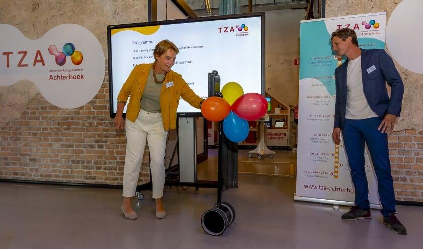 <p>Wethouder Marieke Overduin (links) verzorgt de opening. CIVON-manager Gijs Smeman kijkt toe.</p>