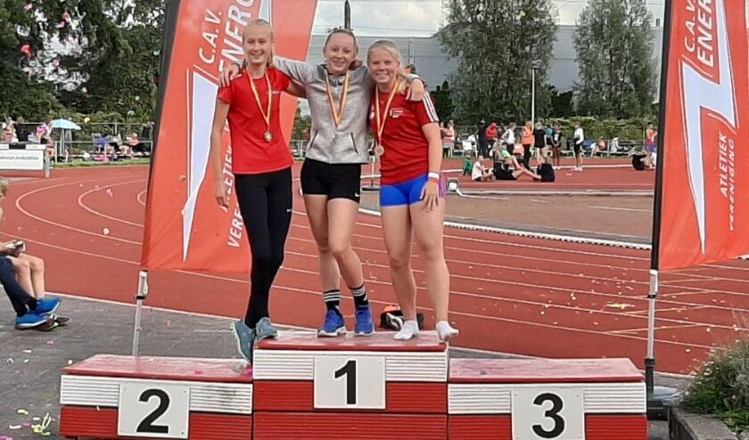 <p>Milou Keulstra (midden) won het speerwerpen, op de meerkamp werd ze tweede. Foto: Carola Janssen</p>