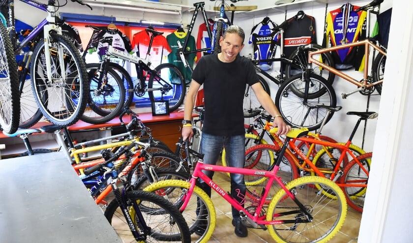 Niels Onnes met zijn Klein moutainbikes. (foto: Roel Kleinpenning)