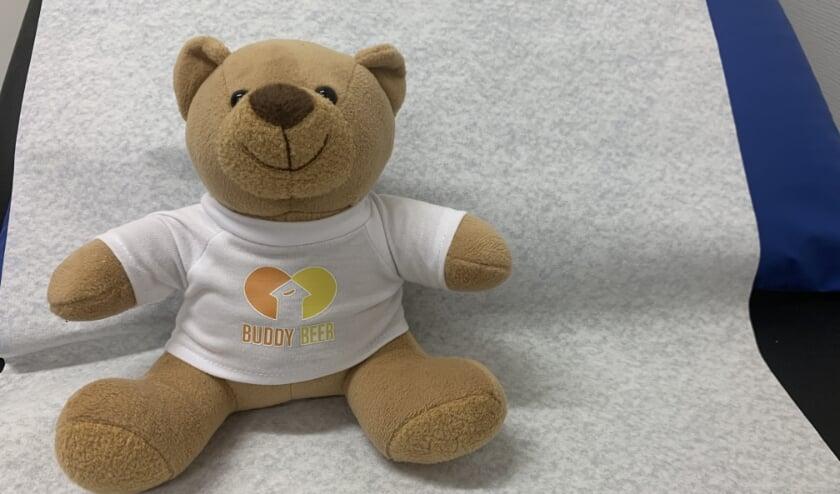 <p>Het idee achter de Buddybeer is dat de knuffel namens het kind naar het ziekenhuis gaat en tijdens de behandeling in de buurt blijft van de ouder.</p>