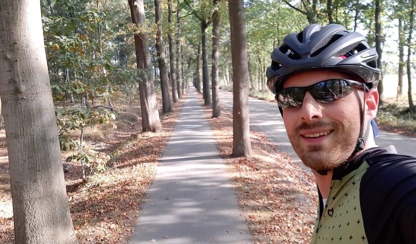 <p>Jeroen Kalsbeek maakt een selfie tijdens het uitzetten van deze fiets-foto-puzzeltocht</p>