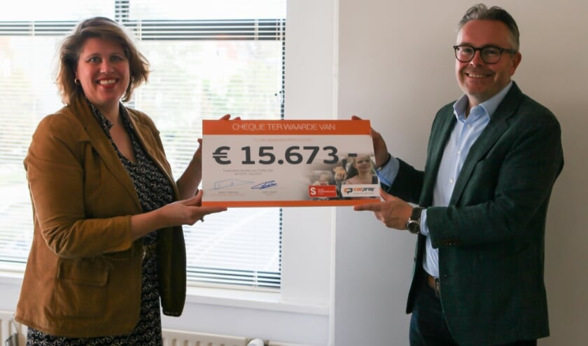 <p>Overhandiging cheque tussenstand. Ineke Sybesma, directeur Fonds Slachtofferhulp en Ivar Camps, retail manager CarProf</p>