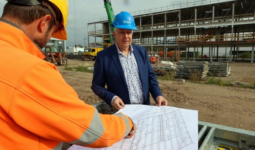 <p>Directeur Roel Akkerman (Summa Automotive) bekijkt de voortgang van de bouw. &nbsp;</p>