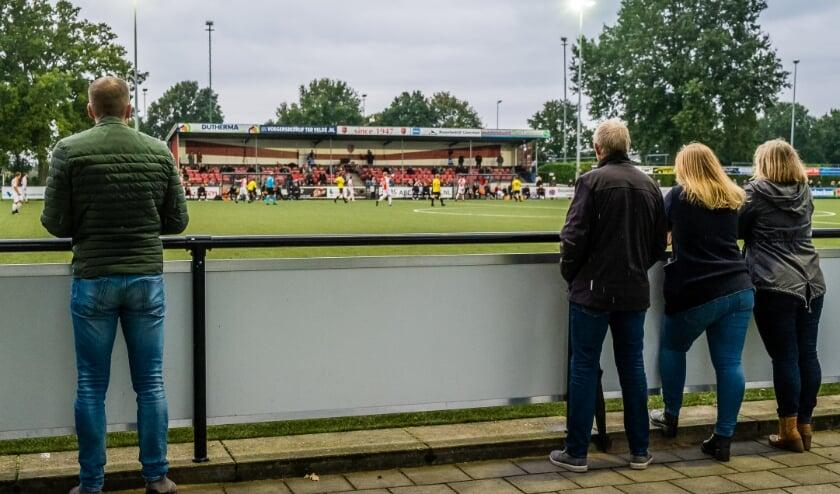 <p>Het publiek bij VV Oene tegen Vios houdt netjes afstand. Oene won deze derby met 2-0 van de Vaassenaren.         (Foto: Han Balk)</p>