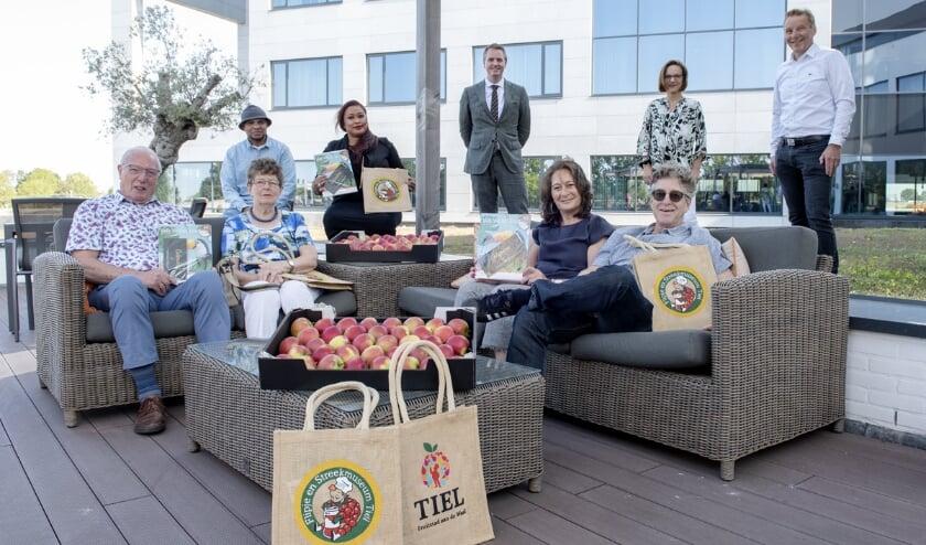 <p>De blije winnaars van de Betuwe Kersencampagne, samen met vertegenwoordigers van Van der Valk Hotel Tiel, Streekomroep SRC FM en Betuwe Kers.</p>