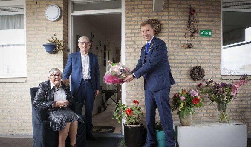 Bloemen van burgemeester Kats voor het briljanten bruidspaar Van Ojik (foto: gemeente Veenendaal)