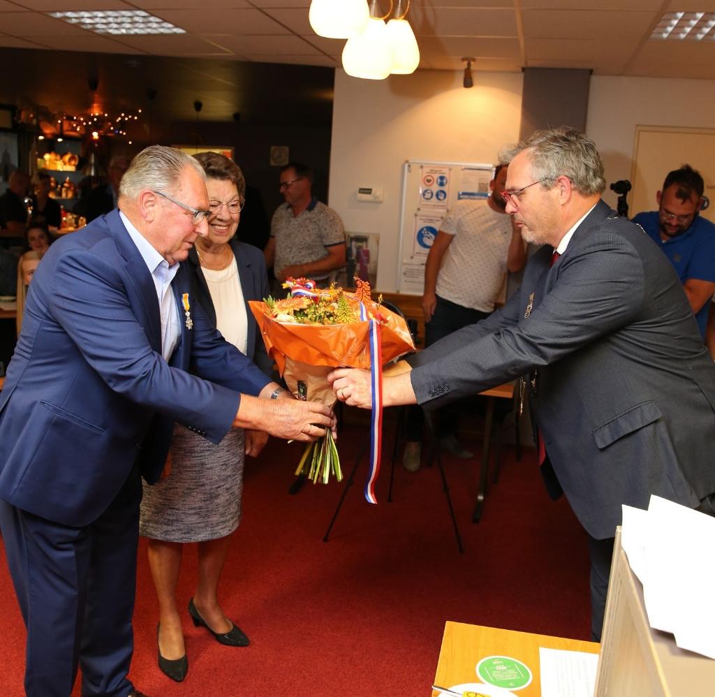 <p>&nbsp;Burgemeester Jan Kottelenberg overhandigt felicitaties en bloemen van het gemeentebestuur. (foto: 3JetFotografie) </p> Foto:  © DPG Media