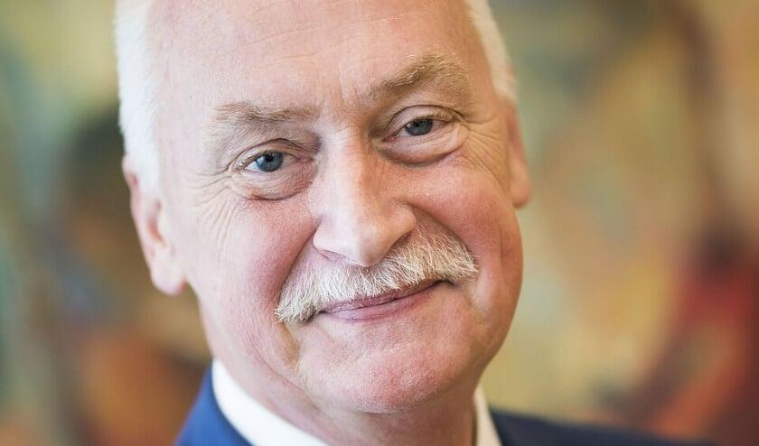<p>Oud-Rijssenaar burgemeester Asje van Dijk van Barneveld opent de expositie van oud-Rijssenaar Gerdien ten Hove in het Rijssens Museum. (Foto: gemeente Barneveld)</p>