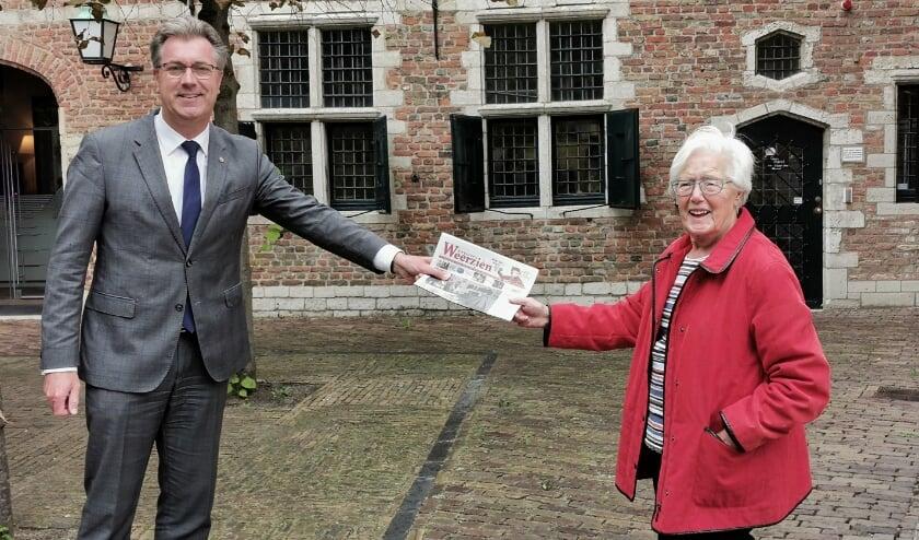 <p>Gedeputeerde Van der Maas ontvangt het eerste exemplaar van de septembereditie van Zeeuws Weerzien. FOTO: Hanneke de Vroe </p>