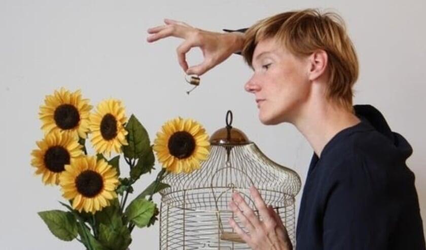 <p>Linde Schinkel reist rond met een intieme mini-voorstelling over liefde en de dingen die voorbij gaan. </p>