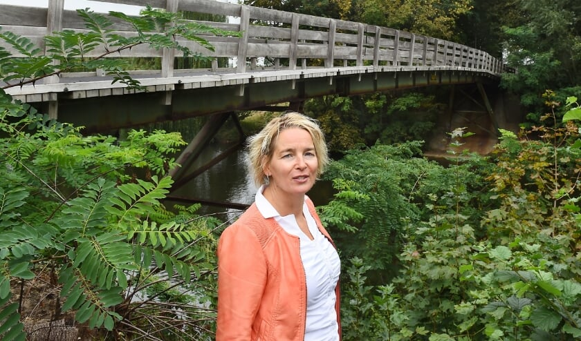 Wethouder Janine Kock bij de Hoge Brug in Oer. (foto: Roel Kleinpenning)