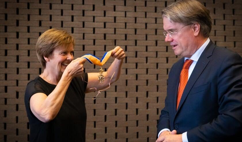 """<p>De onderscheiding werd omgehangen door echtgenote Caroline.&nbsp;<span cstyle=""""Fotocredit"""">Foto: Erik van der Burgt/VRBLD photofilm</span></p>"""