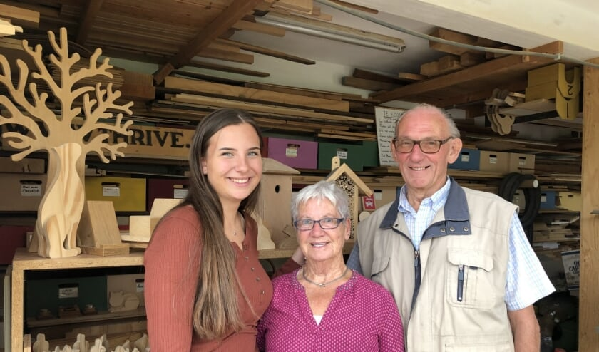 Kleindochter Anouk Verschoor met Corrie en Henk van Kesteren, bij Werkplaats voor de Wereld in Culemborg. (Foto: Fleur van Eeuwijk)