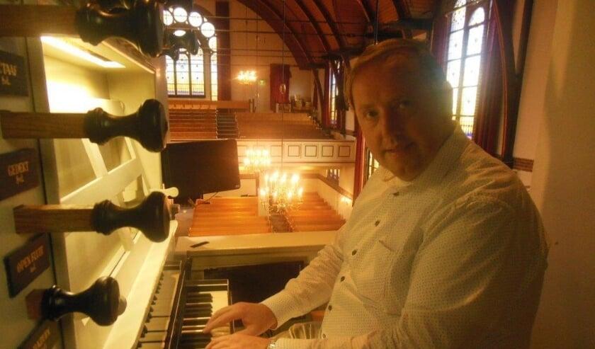 <p>Jos Moeke achter het orgel</p>