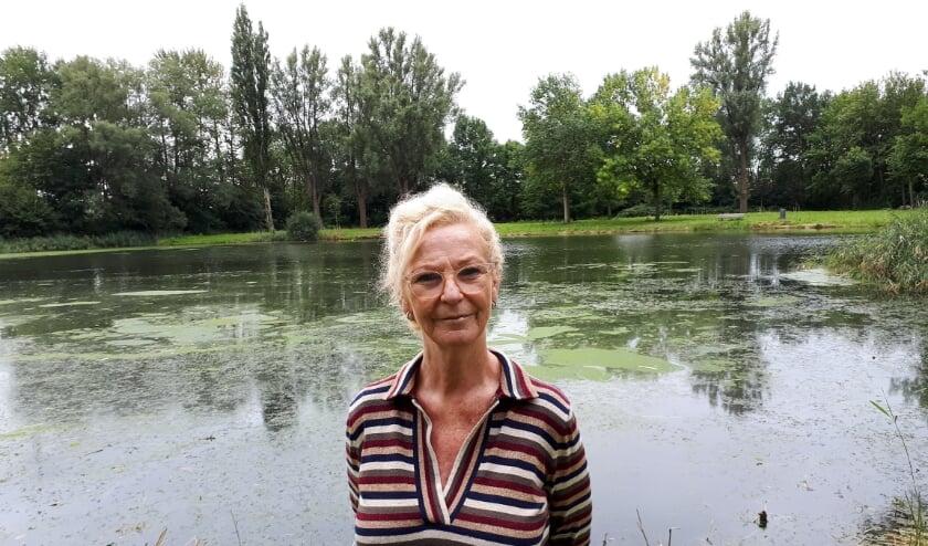 <p>Dineke Knops bij het meertje aan de Kruisnetlaan tegenover de manage. Hier is de auto van haar vader teruggevonden. Foto: Joop van der Hor</p>