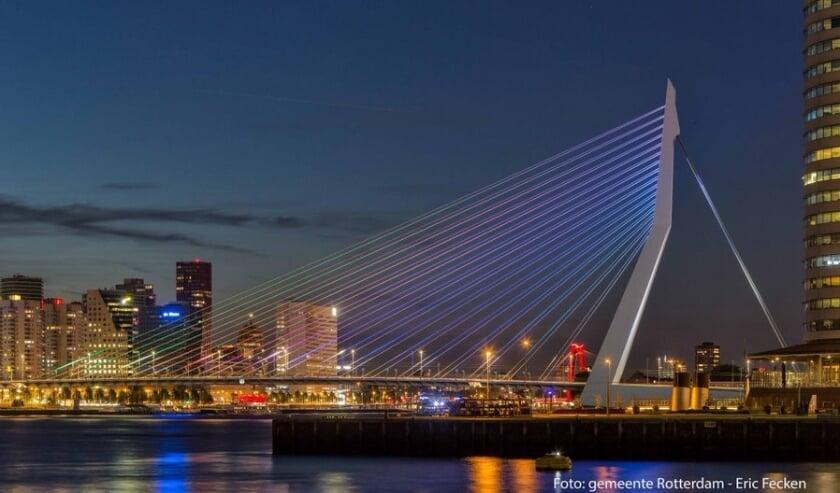 De Erasmusbrug kleurt zaterdagavond in alle kleuren van de regenboog.