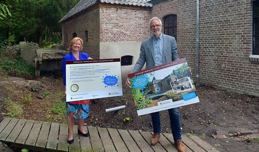 De Renkumse wethouder Leonie Rolink en rentmeester van Landgoed Quadenoord John Smits als activisten voor herstel van de oude watermolen.