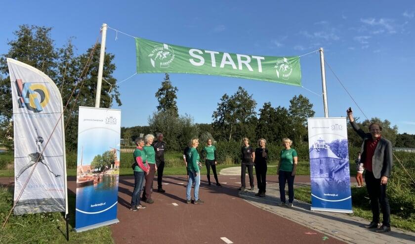 Wethouder Marcel Companjen gaf bij het Zeepad/Muziekpad het startschot voor de eerste beweegroutes in Harderwijk.