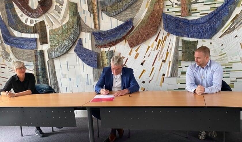 <p>Wethouder Coes heeft afgelopen vrijdag zijn handtekening gezet onder het actieprogramma E&eacute;n tegen eenzaamheid. (Foto: Gemeente Wierden)</p>