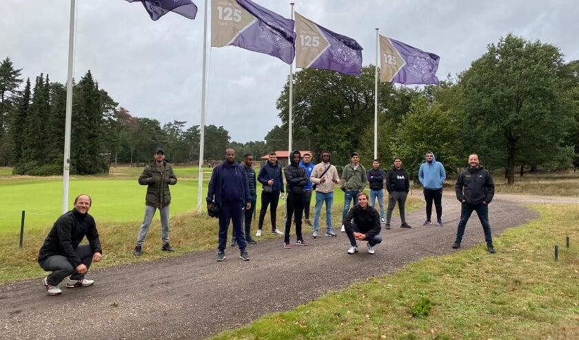 <p>12 jongens uit Presikhaaf krijgen een golfclinic bij de Rosendaelsche Golfclub</p>