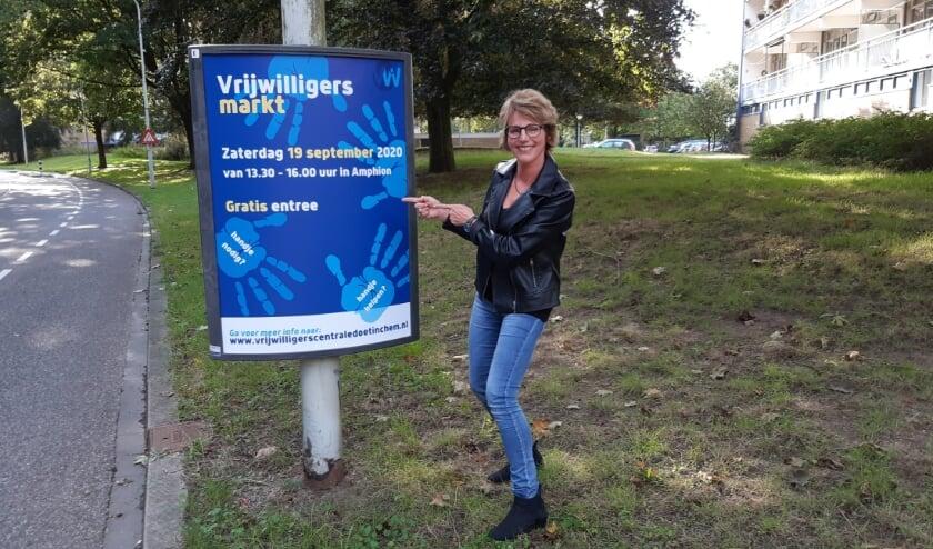 'Namens de Vrijwilligerscentrale Doetinchem, staat Erna Lueb, als een van de 'kartrekkers' op de foto.'