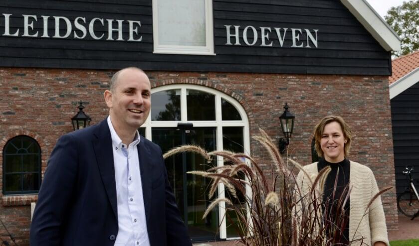 <p>Voorzitter van de Leidsche Hoeven, Wilbert van der Meijden en Miranda Heikoop zijn blij met de samenwerking voor dagbesteding.</p>