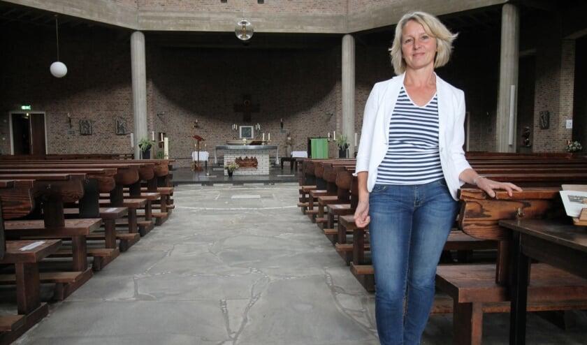 <p>Monique van de Vijver in de kerkzaal van de Rhenense Gedachteniskerk.</p>