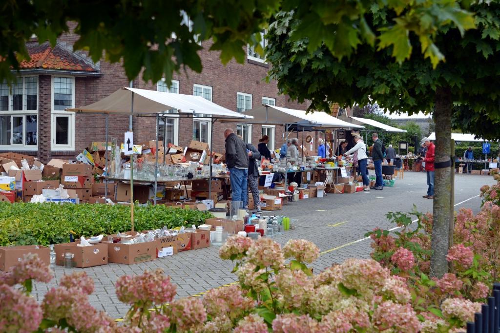 de rommelmarkt vanaf de weg gezien Foto: Alie Blom © DPG Media
