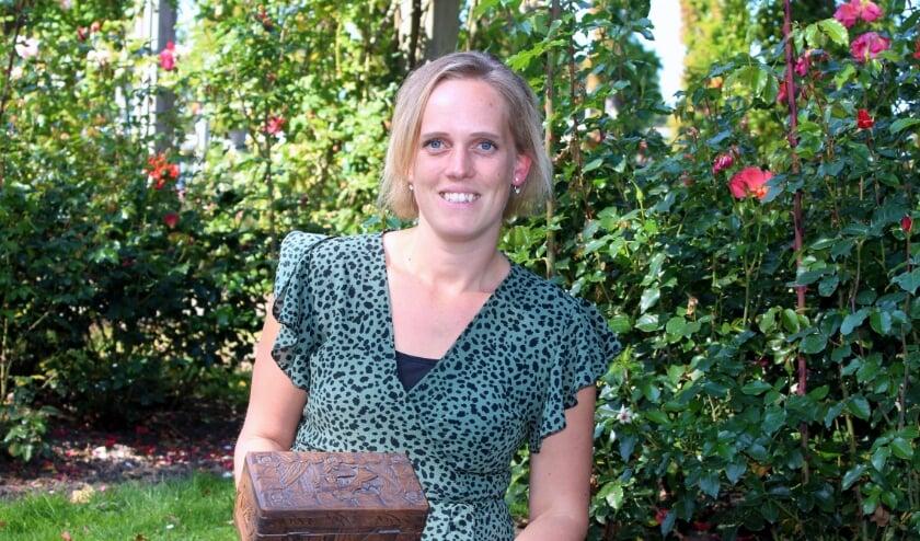 <p>Ilse Spoorendonk (33) is dol op geschiedenis, door het kistje van oma, dat opa meebracht van een verre reis. FOTO: Morvenna Goudkade</p>