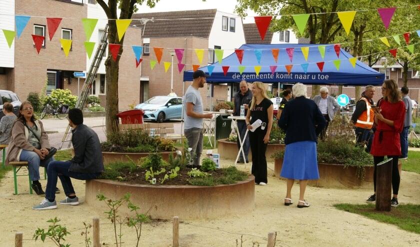 Opening van de opgeknapte plantsoentjes aan de Santacker in Westervoort.