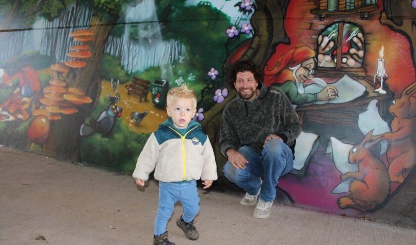 Timme (20 maanden) kijkt zijn ogen uit in de sprookjestunnel van kunstenaar Menno Verbeek. FOTO: Morvenna Goudkade