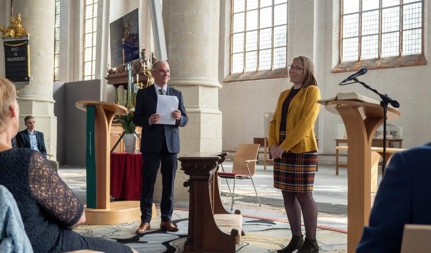<p>Janneke Dekker-de Groot wordt door haar vader bevestigd in het ambt. (Foto: Wilma van Holten)</p>