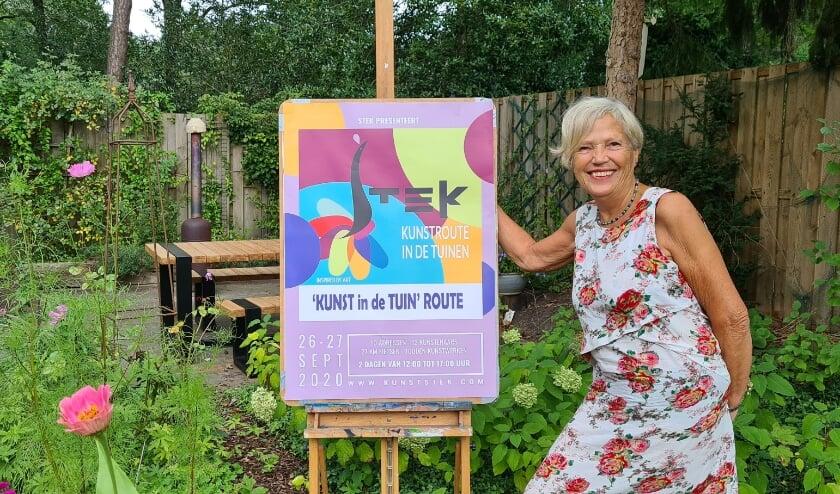 <p>De mooie tuin van kunstenares Inge Mulder als decor voor haar schilderijen. (foto: Arda Konings)</p>