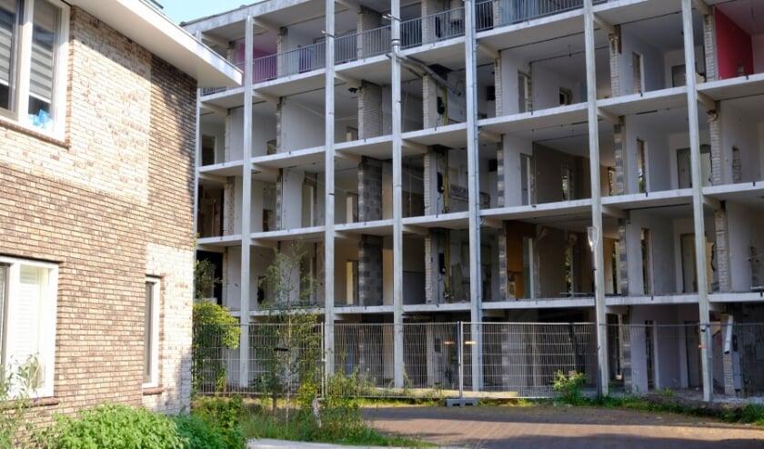 De sloop van flat nummer 9 aan de Prinses Margrietlaan, pal naast woningen aan de Prinses Alexialaan.