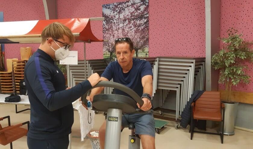 <p>Middels een fietstest even kijken of verslaggever Frans Limbertie nog steeds fit genoeg is voor zijn leeftijd. Foto: Frans Limbertie</p>