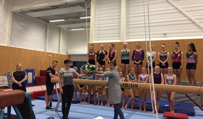 Jolanda Akse overhandigt namens het bestuur van GV Pegasus de bloemen aan Gerlinde van Hoorn
