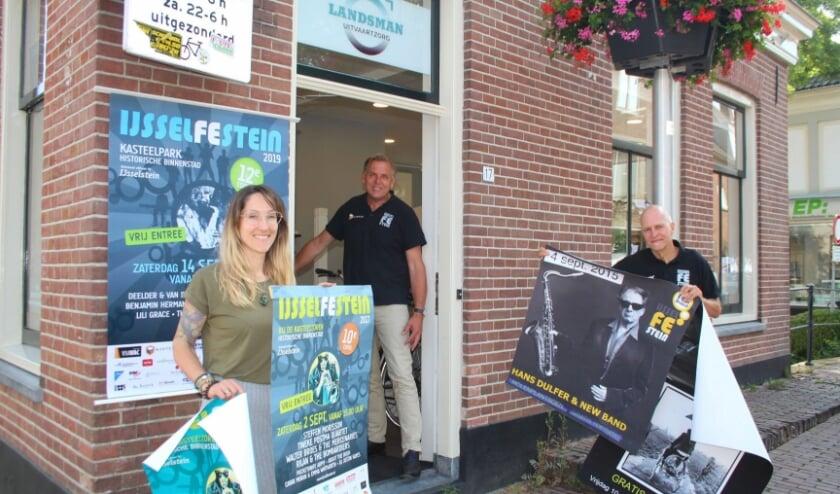 <p>De bestuursleden van het IJsselFEstein waren in de zomervakantie nog druk bezig met de organisatie van het populaire jaarlijkse muziekevenement. (Foto: Lysette Verwegen)</p>