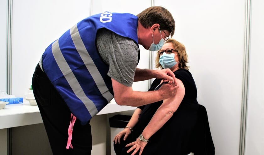 <p>Zorgmedewerker Kitty uit Zoetermeer is een van de eersten die gevaccineerd wordt.&nbsp;</p>
