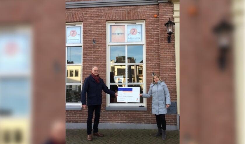 <p>Een cheque voor het Inloophuis aan de Markt 10 in Veenendaal.</p>