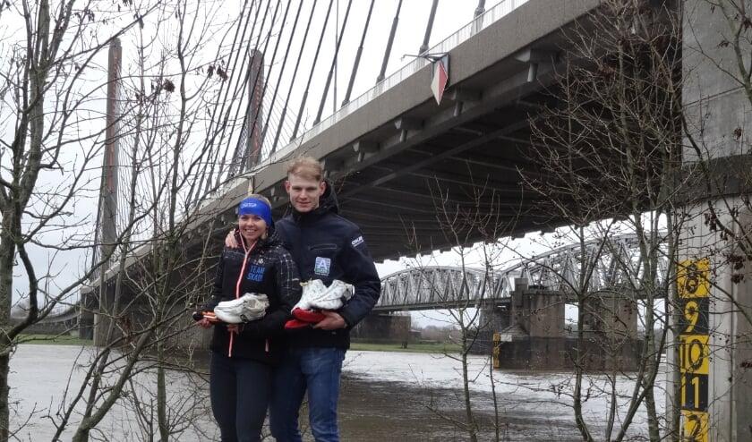 <p>Als het kan steken Jordy en Clarissa het water over, bevroren of niet, om samen hun passie voor het marathonschaatsen kracht bij te zetten. Foto: Sport in de Spotlights.</p>
