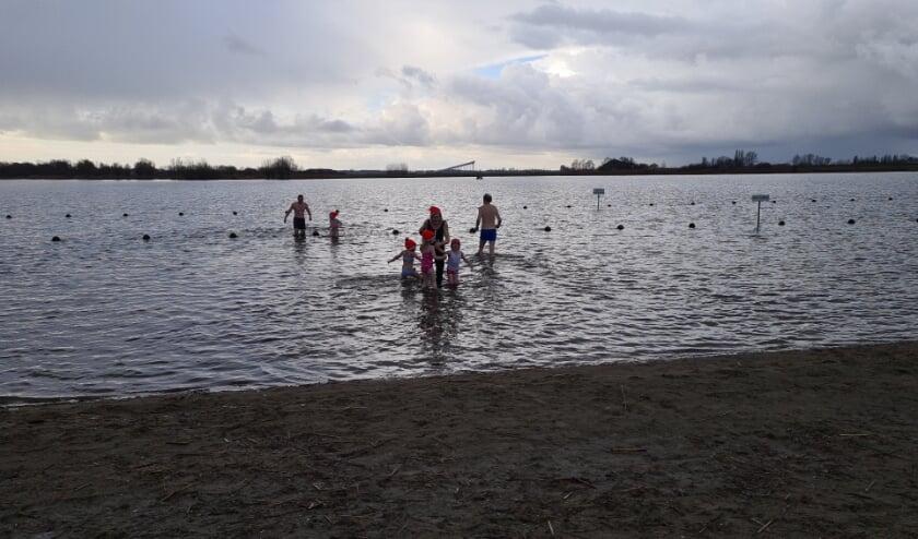 Alle deelnemers zijn het ijskoude water ingerend,