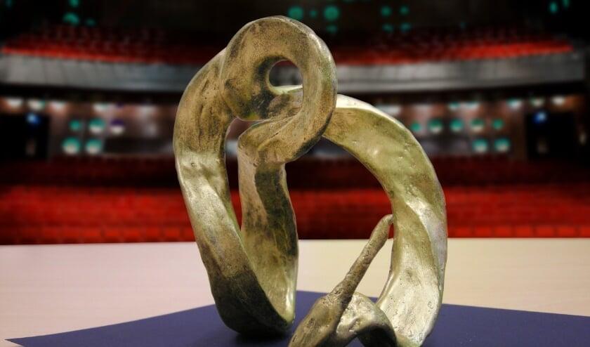 <p>De prijs bestaat uit een kunstwerk, vervaardigd door de kunstenaar Helga Kock am Brink en een geldbedrag van &euro;5.000 (&euro;3.000 voor de tekstschrijver, &euro;1.000 voor de componist en &euro;1.000 voor de uitvoerend artiest).</p>