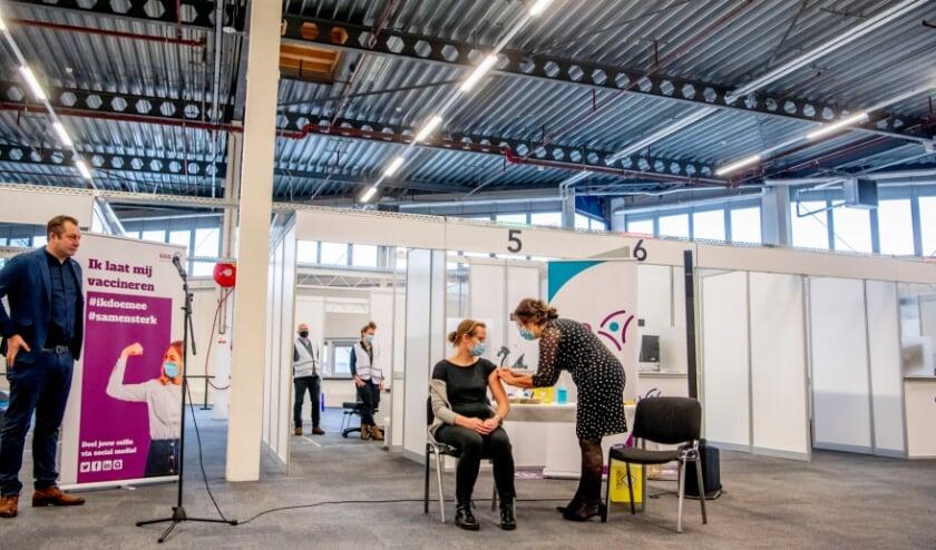 <p>In Expo Houten is de eerste zorgmedewerker in regio Utrecht gevaccineerd. Archieffoto door Robin Utrecht</p>
