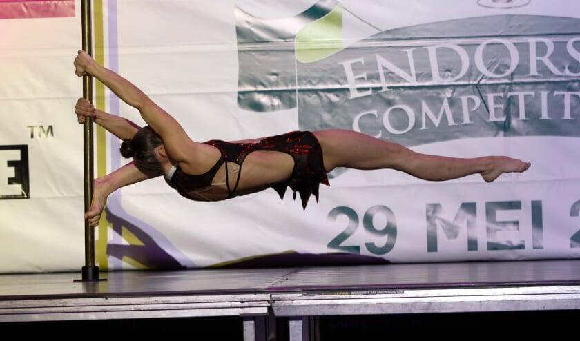<p>Belinda van Ommen in actie aan een danspaal, waarvoor je moet beschikken over kracht, lenigheid en conditie.</p>